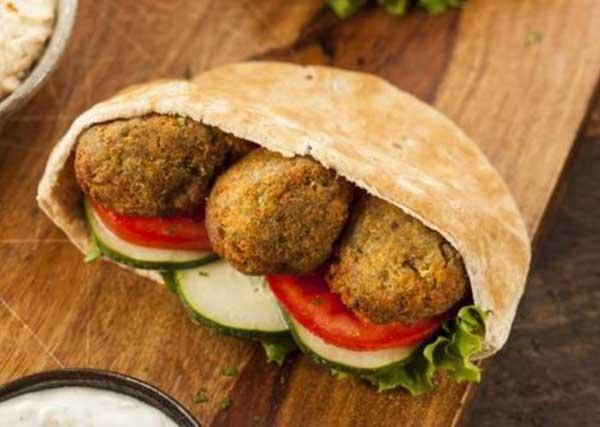 Tại Israel, khán giả vừa có thể xem phim vừa thưởng thức món bánh mỳ kẹp viên đậu xanh chiên ăn kèm cà chua, dưa chuột và rau xà lách.