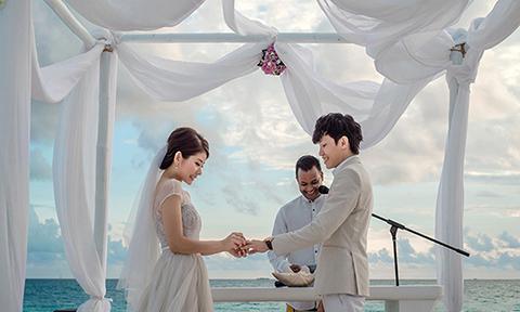 Đám cưới ngôn tình ở Maldives của đôi đại gia bên nhau từ thuở bần hàn