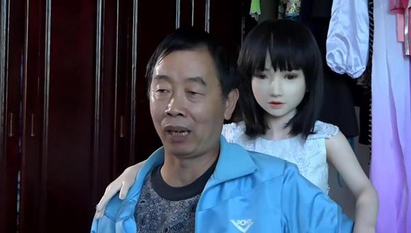 Khi hôn nhân đổ vỡ vào năm 2000, ông Li Chen, hiện 59 tuổi, sống ở huyện Huệ Thủy, tỉnh Quý Châu, quyết định mua một con búp bê tình dục về nhà cho vơi bớt nỗi cô đơn trong cuộc sống. Sau 16 năm, hiện bố con ông cố tổng cộng 7 con búp bê trong nhà.