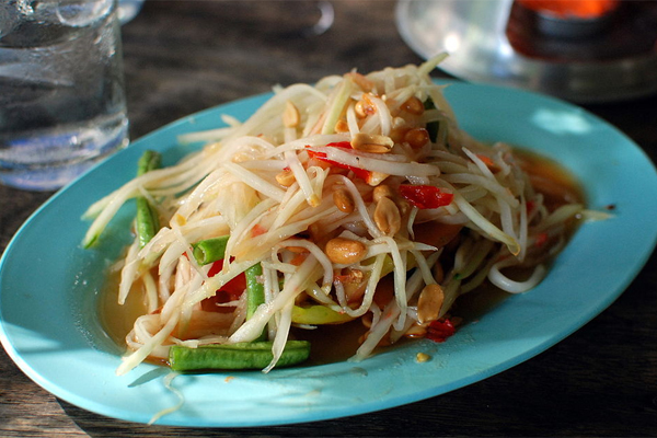 som-tam-mon-ngon-huyen-thoai-tren-duong-pho-thai-lan