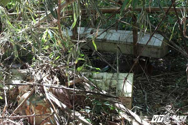 Những cỗ quan tài treo cuối cùng tại khu nghĩa địa làng Vai Trang.