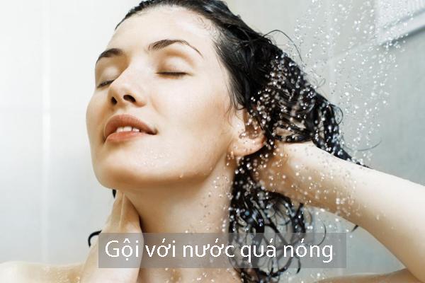 Gội đầu với nước quá nóng sẽ gây tổn thương cho da đầu và chân tóc.