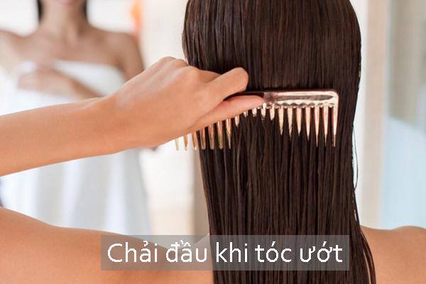 Khi còn ướt, sợi tóc rất yếu và mỏng manh. Tuyệt đối không nên chải đầu khi tóc ướt.