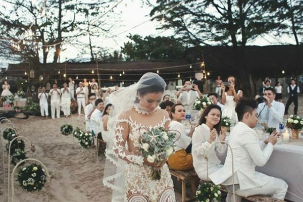 [Caption]Các khách mời trong đám cưới của Phương Vy được yêu cầu mặc trang phục màu trắng.