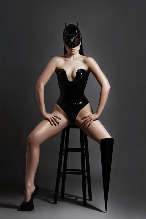 Viktoria Modesta mang dị tật ở chân trái từ khi mới chào đời. Trải qua 15 cuộc phẫu thuật chân mà không cải thiện được tình hình, cuối cùng, người mẫu gốc Latvia này phải cắt bỏ toàn