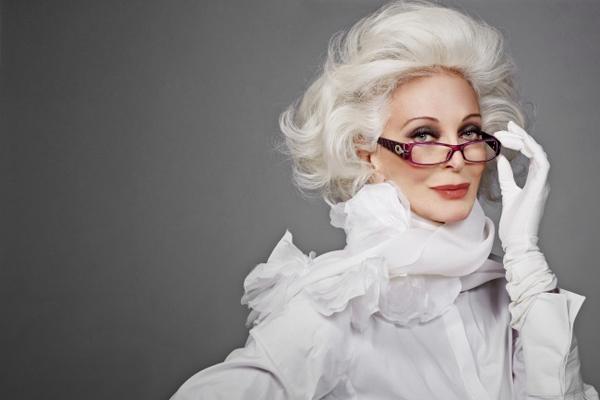 Quý bà Carmen DellOrèice đã bước sang tuổi 85 nhưng vẫn giữ được vẻ đẹp và sự tự tin. Bà vẫn nhận lời trải bước trên sàn diễn chữ T và làm nhân vật trang bìa cho nhiều tạp chí thời trang danh tiếng.