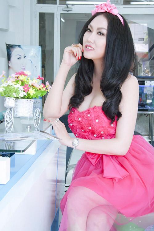 Năm 2013, nữ diễn viên bất ngờ xuất hiện với làn da trắng muốt. Phi Thanh Vân cho biết, cô đã kiên trì tắm trắng trong suốt hai năm để có được nước da mới.
