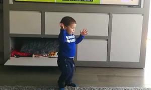 Con trai Messi đáng yêu khi học tiếng Anh