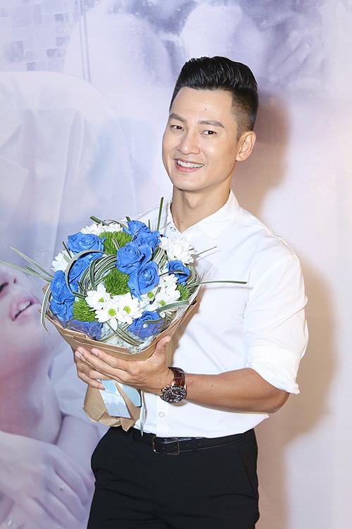 khanh-thi-tron-chong-den-mung-duc-tuan-ra-mat-mv-dong-tinh-3