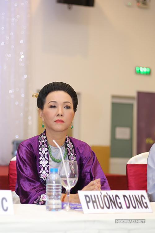 kieu-trinh-di-su-kien-cung-hai-con-gai-5