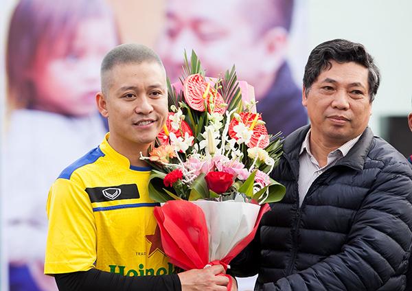 Đại diện cho các trường trung học phổ thông tỉnh NĐ tặng hoa thay cho lời cám ơn dành cho ca sĩ Tuấn Hưng
