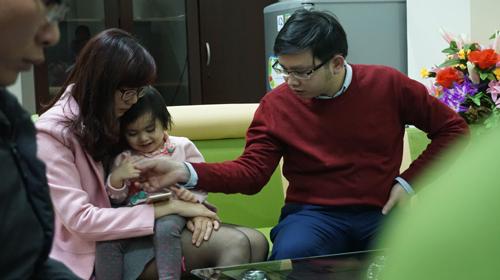 Bé gái được đưa tới trường trong vẻ mặt lo âu của bố mẹ. Ảnh: Lê Hoàng.