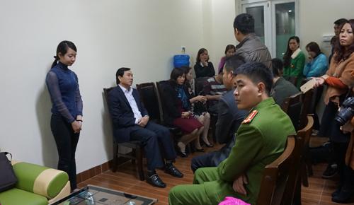Tối cùng ngày cơ quan điều tra, lãnh đạo phòng Giáo dục TP Thanh Hóa và đại diện gia đình đã làm việc với cơ sở mầm non nơi bé gái bị bạo hành. Ảnh: Lê Hoàng.