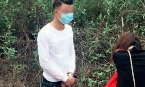 Thanh niên quỳ gối xin lỗi bạn gái trên đường đi lễ chùa