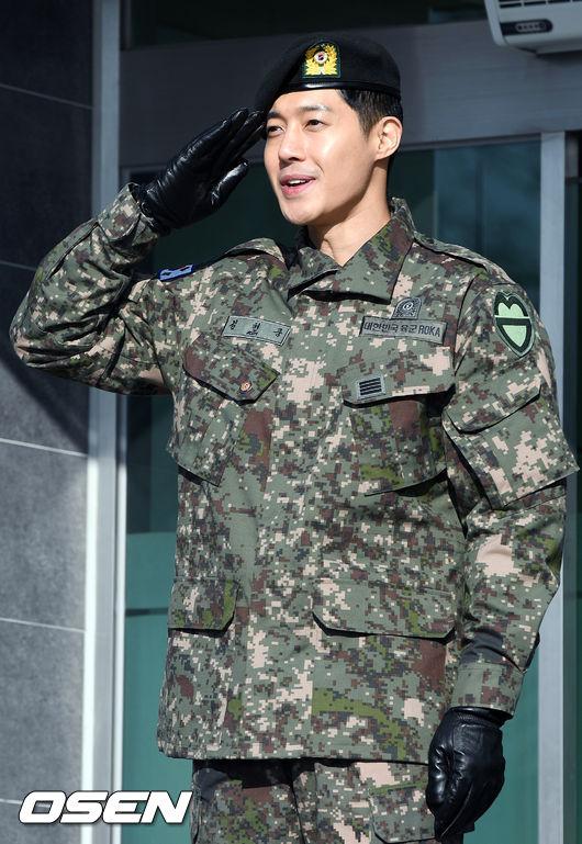 Sáng nay 11/2, Kim Hyun Joong xuất ngũ trong sự chào đón của người hâm mộ, bất chấp những lùm xùm tình ái trong suốt thời gian qua.