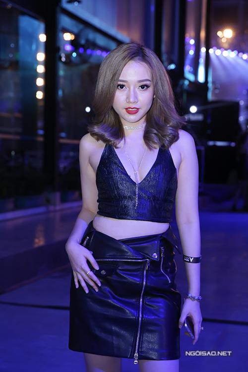dong-nhi-mac-sexy-sanh-doi-ban-trai-di-su-kien-9