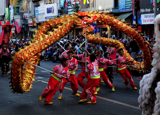 Hàng nghìn người Hoa ở Sài Gòn diễu hành đón Tết nguyên tiêu