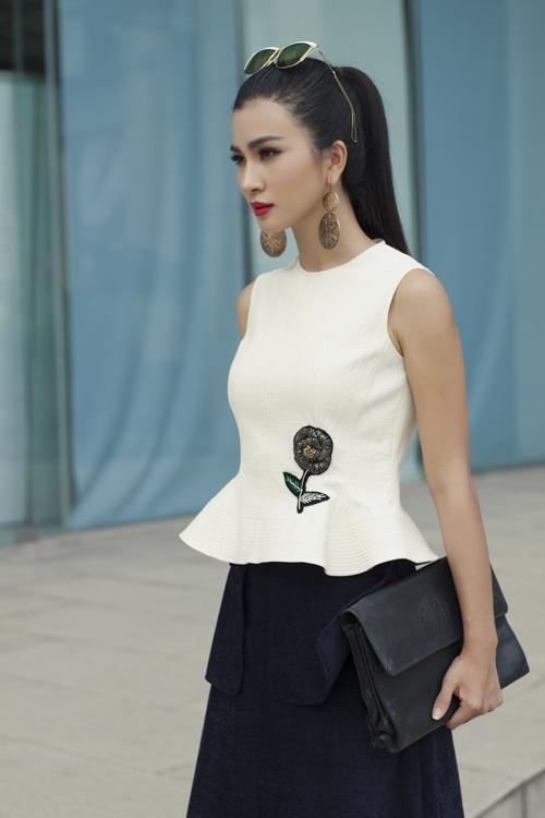 Bộ ảnh được thực hiện với sự hỗ trợ của nhiếp ảnh Tân Tân, trang phục Đặng Hải Yến.