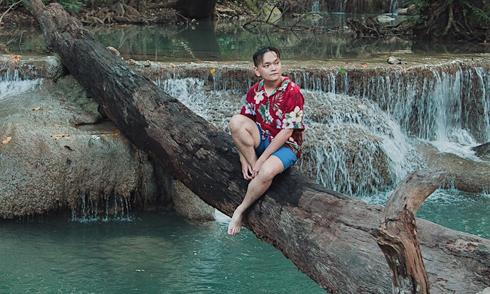 Trịnh Tú Trung thư giãn ở thác nước Erawan Thái Lan