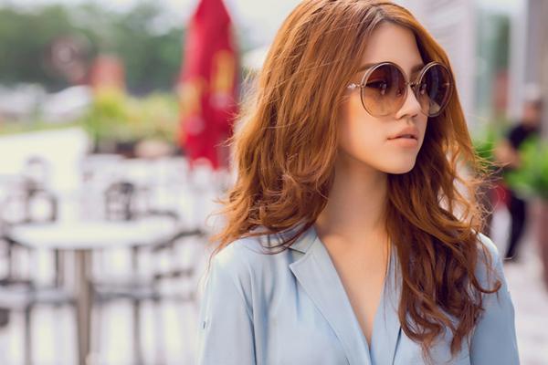 Sở hữu vóc dáng gợi cảm cùng thần thái cuốn hút, Jolie Nguyễn dễ dàng phù hợp với nhiều kiểu trang phục, từ dịu dàng, sang trọng, đến cá tính, năng động.