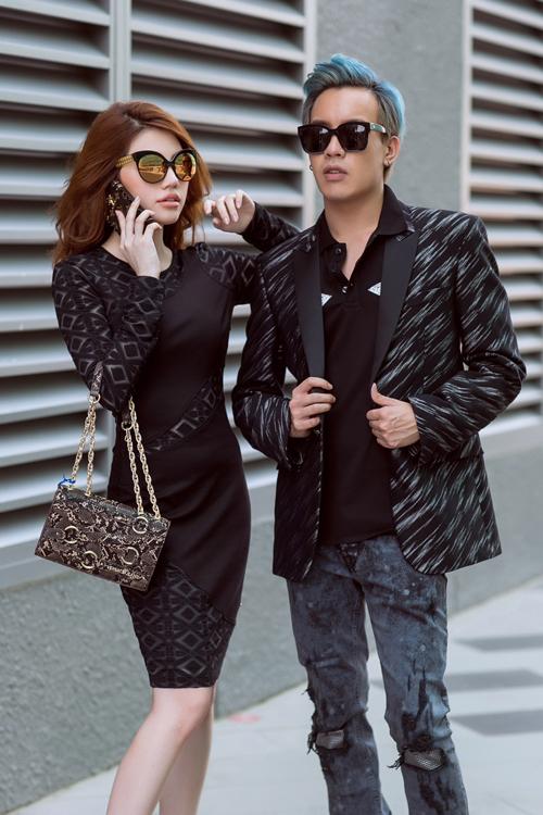 Với chất liệu jeans năng động, trẻ trung, Versace có những sáng tạo mới mẻ nhằm tạo nên thiết kế sang trọng cho buổi tiệc cooktail cũng như các sự kiện.