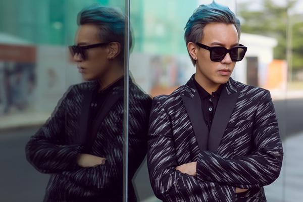 Dù tuổi đời còn khá trẻ nhưng stylist Mạch Huy luôn biết cách làm mới mình với phong cách lịch lãm pha chút phong trần, sành điệu.