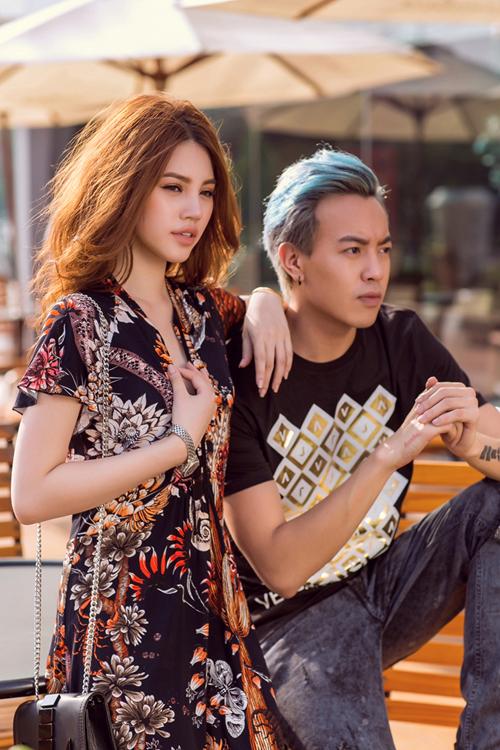 Sự kết hợp hài hòa giữa mẫu áo thun in biểu tượng thương hiệu Versace năng động, mạnh mẽ dành cho nam và chiếc đầm Just Cavalli dịu dàng, sang trọng cho nữ.