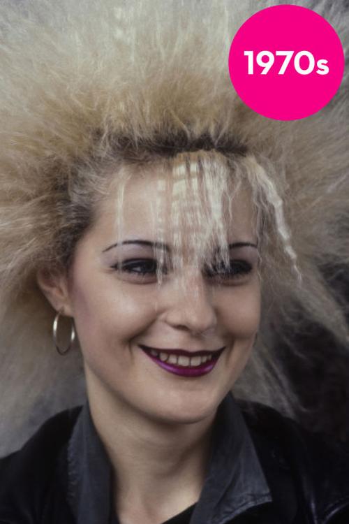 Tóc dập siêu xù Kiểu tóc dập xù bông của thập niên 70s mang phong cách punk. Mái tóc này không chỉ gây bất tiện trong việc chăm sóc mà còn khiến khuôn mặt của bạn bị nuốt chửng.