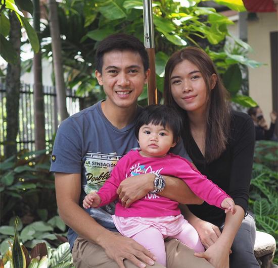 Tiền vệ Sarawut Masuk hạnh phúc bên vợ con.