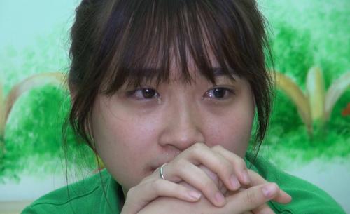 Đặng Ngọc Trâm (22 tuổi) giáo viên tại trường mầm non Thần Đồng (Hà Nội) rơi nước mắt khi kể về nghề.