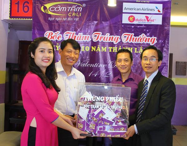 Buổi lễ bốc thăm trúng thưởng diễn ra với sự tham dự của đại diện nhà hàng, Công ty American Airlines và Công ty Du lịch Việt.