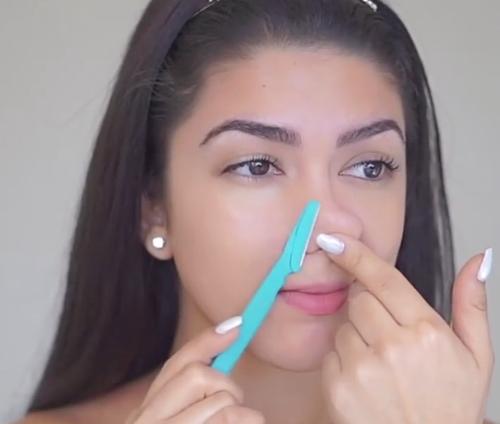 Sherry Maldonado dùng cạo lông mày để làm sạch mụn đầu đen ở mũi.