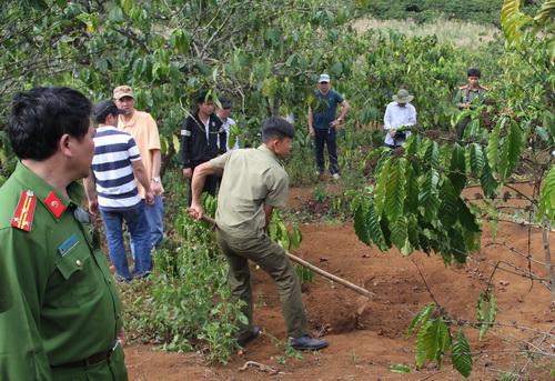 Cảnh sát khai quật thi thể nạn nhân để điều tra vụ án mạng.