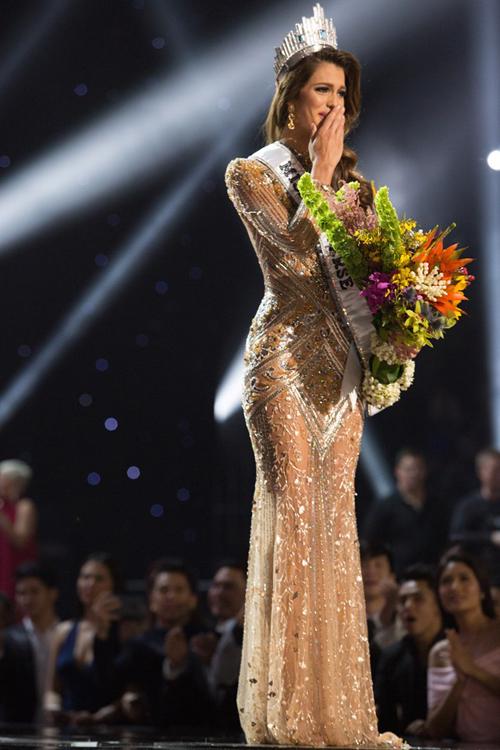 Hoa hậu Iris Mittenaere diện váy dạ hội trong khoảnh khắc đăng quang Hoa hậu hoàn vũ thế giới 2017.