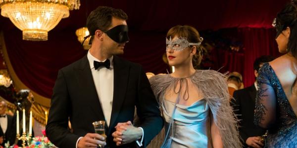 Trong phân cảnh Ana dự vũ hội hóa trang, cô tiếp tục sử dụng sắc son berry nhưng đậm và có độ lì cao hơn.