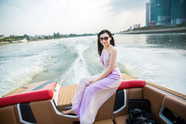 ngoc-trinh-mac-sexy-di-choi-luot-song-cung-ong-bau-6