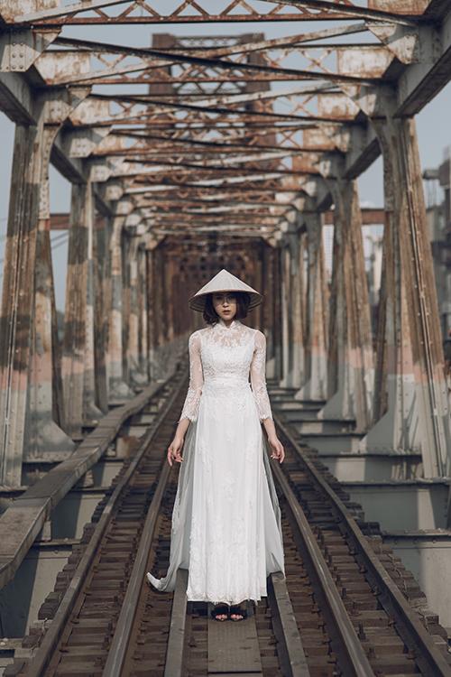 Mẫu áo dài trắng đắp ren điệu đà, lấy cảm hứng từ váy cưới.