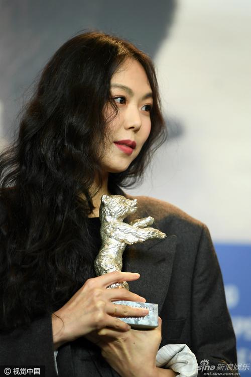 kim-min-hee-tuyen-bo-yeu-dao-dien-co-vo-khi-nhan-giai-o-lhp-5