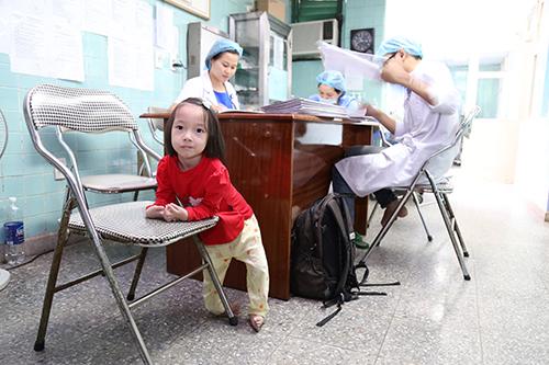 Nhi thích đi học mẫu giáo nhưng không muốn rời xa bố mẹ tại khoa Nhi.