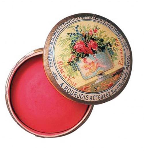 phấn má đầu tiên của Bourjois, nó ra đời vào những năm 1880 và do Alexandre Napoléon Bourjois, một trong những nhân vật chủ chốt của thương hiệu này phát minh ra. Phần nắp của hộp phấn được vẽ tay hoàn toàn và công nghệ sản xuất phấn má thời đó cũng gần như tương tự với công nghệ hiện nay.