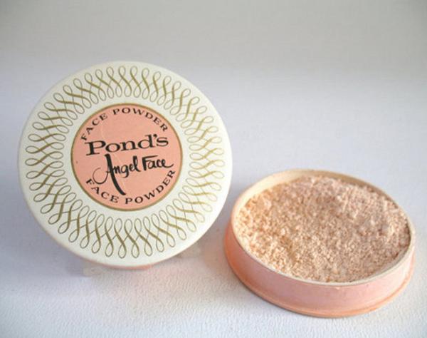 Thương hiệu quen thuộc Ponds cũng đã có mặt từ rất lâu và đây là sản phẩm phấn phủ Angel Face của hãng vào những năm 1960.