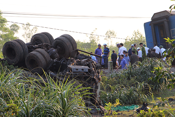 Xe tải bị xé nát sau tai nạn.