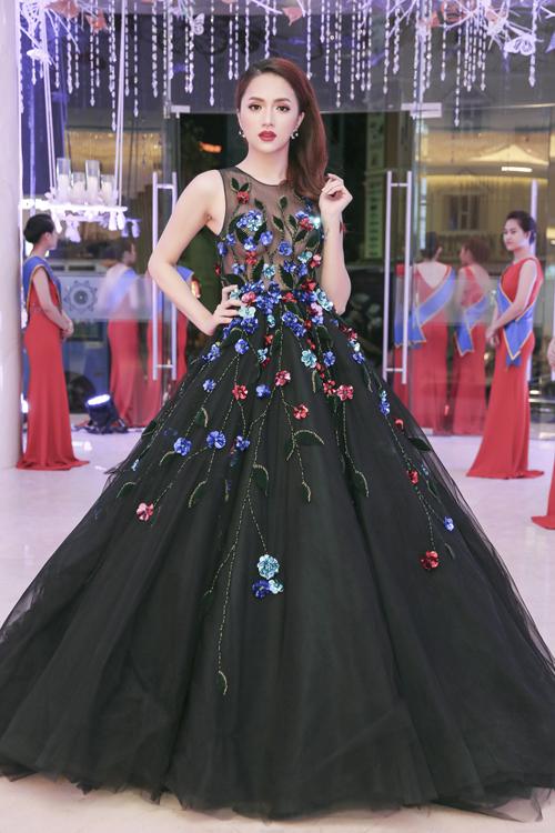 huong-giang-idol-mac-vay-xuyen-thau-nguc-tran