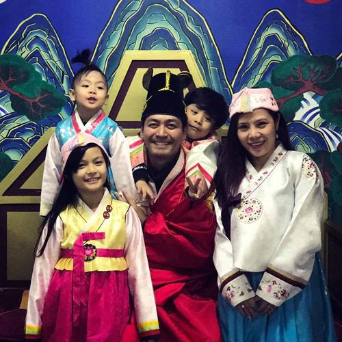 Trên trang cá nhân, MC Phan Anh khoe một số hình ảnh hạnh phúc của cả gia đình anh trong chuyến du lịch Hàn Quốc