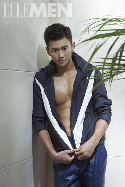 Gương mặt đẹp trai cùng body đẹp, Ning Zetao nhiều lần được mời chụp ảnh trên tạp chí thời trang.
