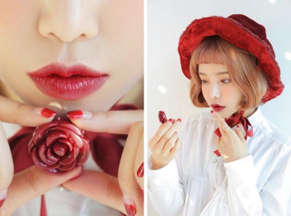 Thiết kế hũ son này vô cùng đáng yêu với chiếc nắp hình hoa hồng kèm gương nhỏ ở trong rất tiện lợi. Việc kết hợp màu sắc trong hũ son dưỡng lại càng phù hợp cho những cô nàng bận rộn muốn tiết kiệm thời gian.