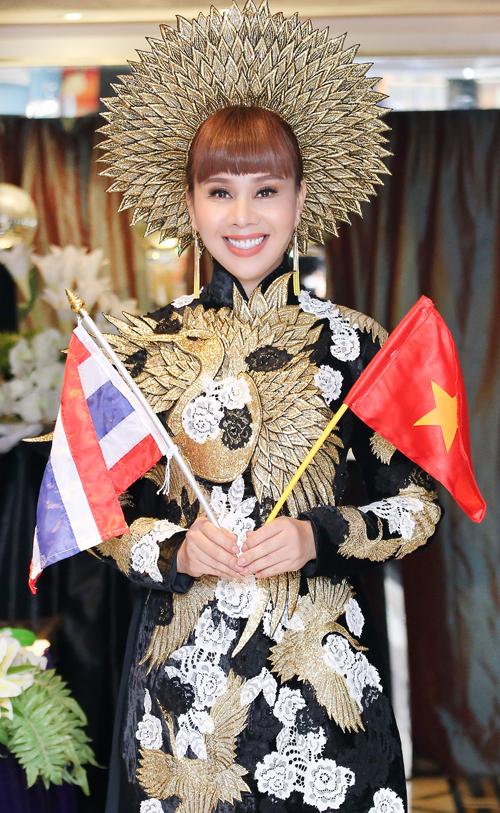 hang-nguyen-gay-an-tuong-voi-ao-dai-vo-cong-khanh-3