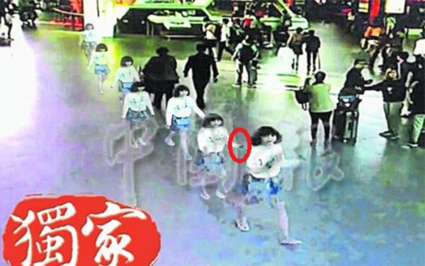 Nữ nghi phạm mang hộ chiếu Việt Nam tay đen xì sau khi thực hiện vụ tấn công Kim Chol tại sân bay hôm 13/2. Ảnh: China Press