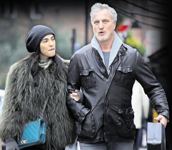 Cựu danh thủ David Ginola và bạn gái mới tay trong tay tại London, Anh. Ảnh: