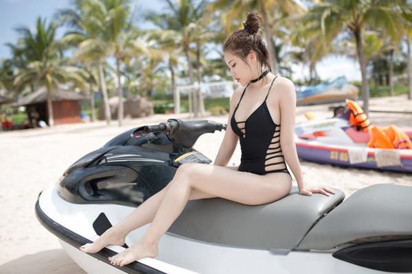 milan-pham-khoe-duong-cong-sexy-tren-bien-7